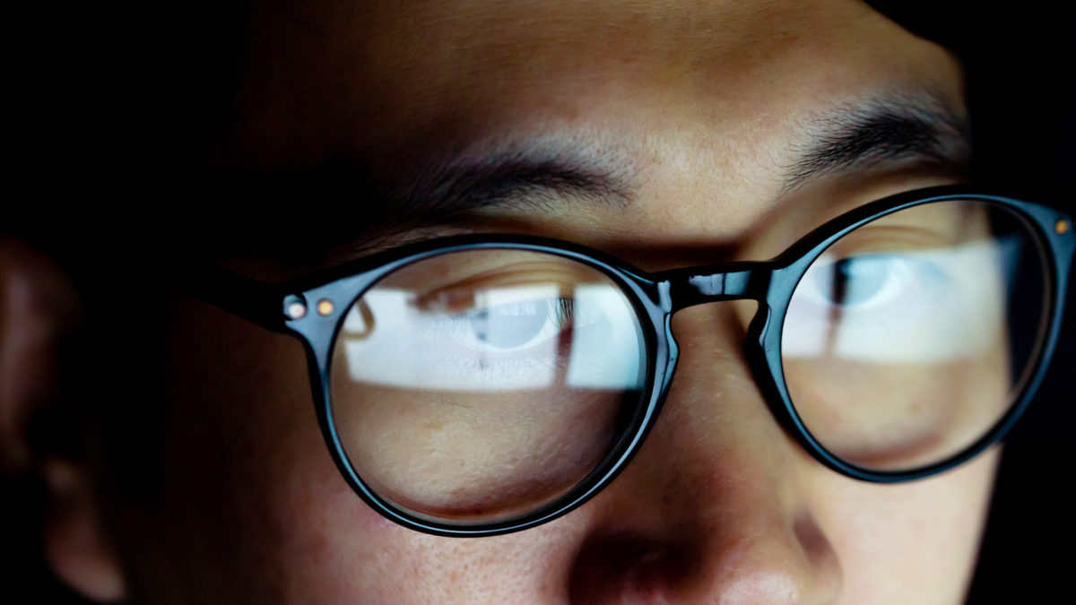 How Blue Light Blocking Glasses Helps People Have a Relaxing Sleep